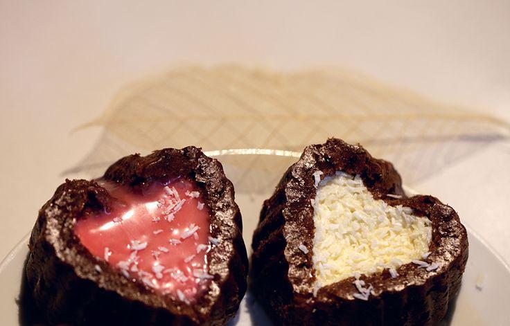 Еще одна экспресс-идея для тех, у кого нет времени на торты и конфеты: Просто печем свои любимые маффины, формочкой для печенья вырезаем углубление в форме сердца и заполняем любым кремом контрастного цвета! Идеи кремов можно почерпнуть по ссылке: http://sladkiexroniki.ru/tag/kremy/