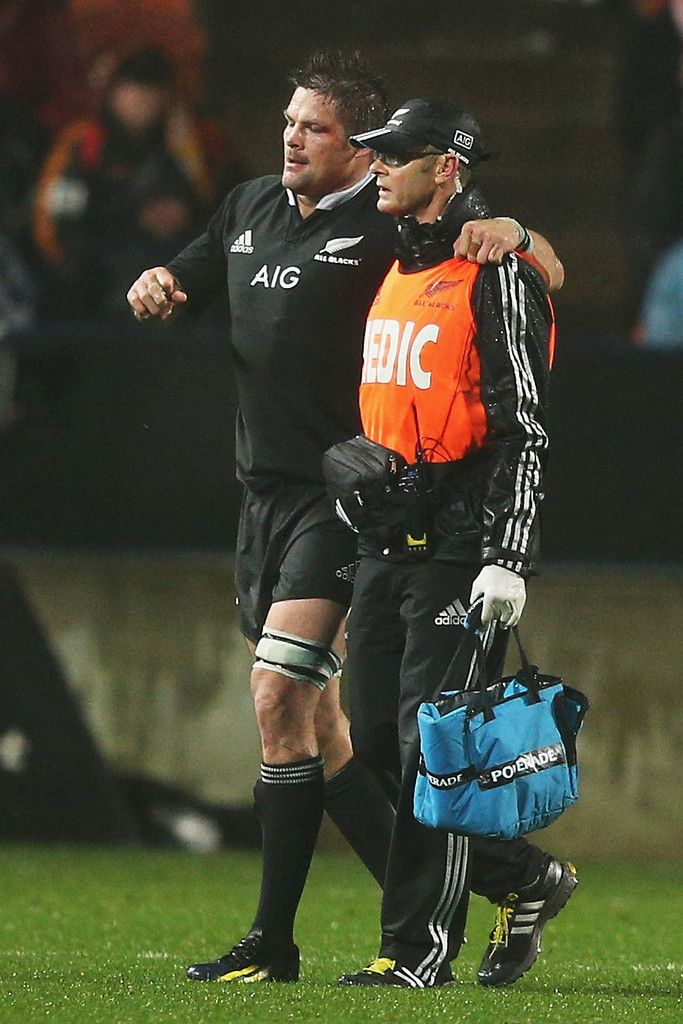 Richie Mccaw Photos Photos - Richie McCaw of the All blacks walks from the field injured during the Rugby Championship between the New Zealand All Blacks and Argentina at Waikato Stadium on September 7, 2013 in Hamilton, New Zealand. - New Zealand v Argentina - The Rugby Championship