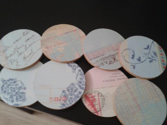 Onderzetters gemaakt van kurk en scrapbook-papier