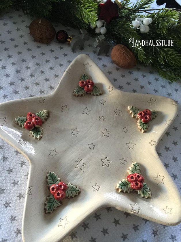 Super schöner handgetöpferter Plätzchenteller mit weihnachtlichen Motiven. Durchmesser ca. 25 cm  Das Angebot bezieht sich nur auf den Teller, nicht auf die weitere Dekoration im...