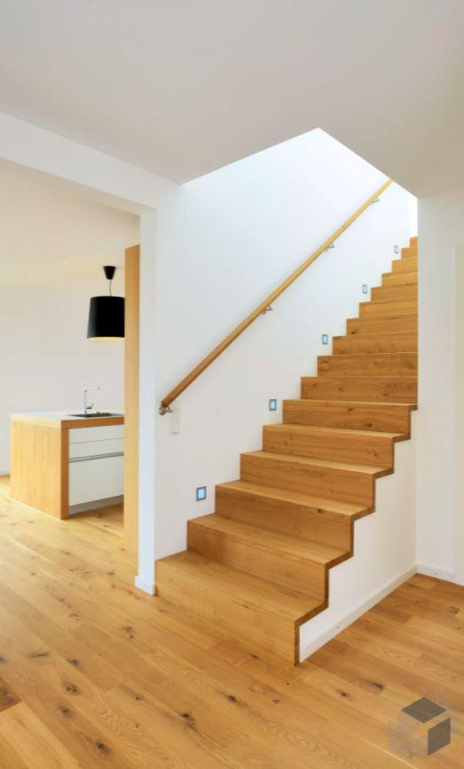 Eine schlichte moderne Holztreppe aus dem Wriedt H…