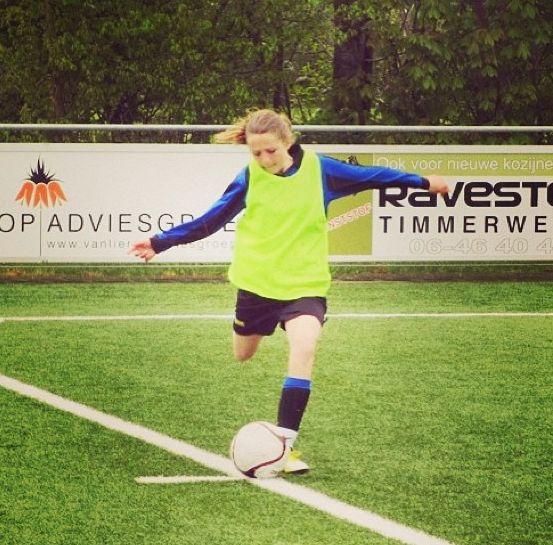 Ik voetbal graag