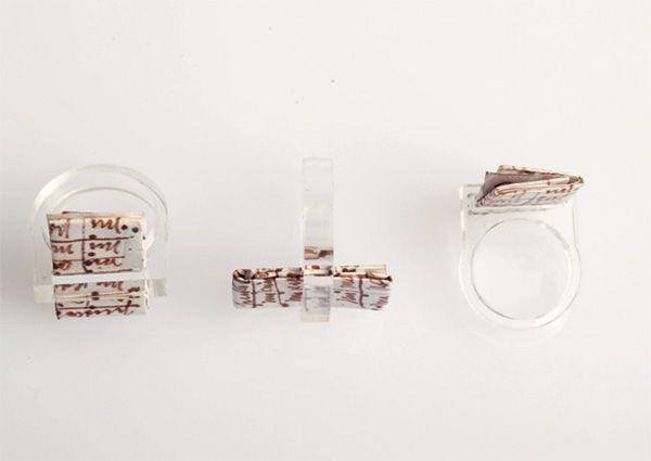 """Anello """"Frida y Diego"""" realizzato in Acrilico trasparente tagliato a laser con Lettera d'amore di Frida Khalo a Diego Rivera stampata su Tyvek idroresistente e antistrappo.Disponibile in spessore 5 mm e nelle taglie 14-15-16-17-18"""