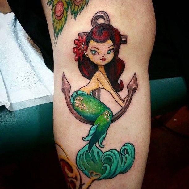 Jungfrauen Tattoo farbig mit Anker