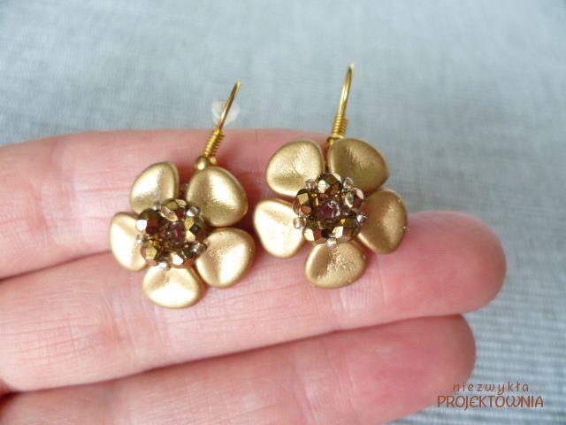 Małe kwiatowe błyskotki :)  #kolczyki #kwiatki #brązowe #kryształki #FirePolish #earrings #brown #flowers #trinkets #bijou #beading #followme https://www.facebook.com/NiezwyklaProjektownia
