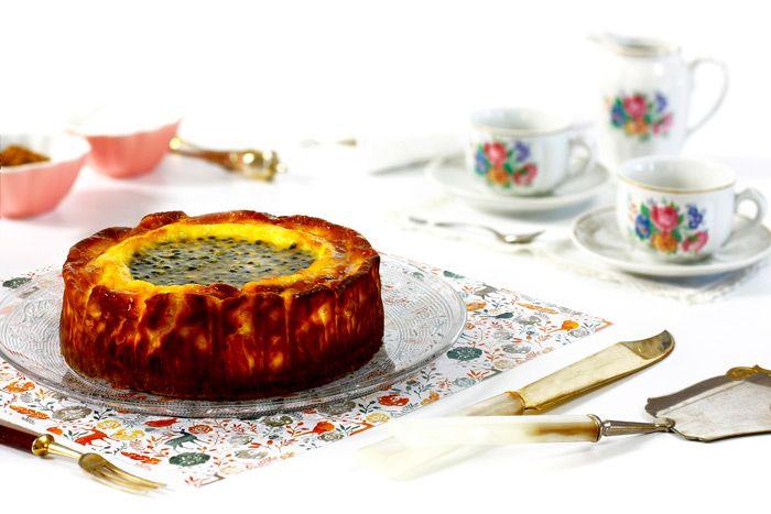 Cómo hacer una tarta de queso o cheesecake con fruta de la pasión en crock pot o slow cooker. Descubre esta y otras recetas de tartas en olla lenta.