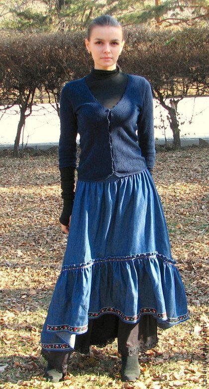 Юбка в пол джинсовая. Длинная юбка из тонкого хлопкового джинса. Интересный крой позволяет остаться замеченной нижней юбке, широкая оборка настрочена по верх. Пояс на резинке. В комплекте идет нижняя ситцевая юбка, черного цвета, украшенная шитьем по низу.