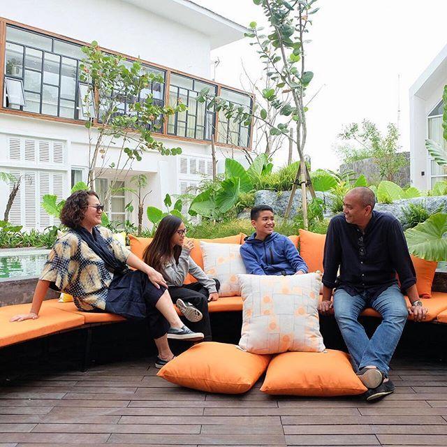 From @mozapramita: Picture perfect family #familygetaway #urbanresort #poolside #yatscolony