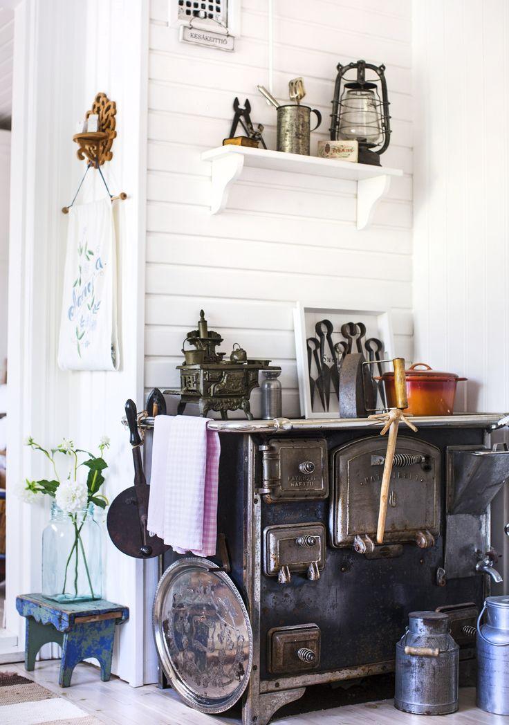1800-luvulla rakennetun pihatalon keittiössä lämmittää puuhella. Stove in the kitchen of  an old cottage. | Unelmien Talo&Koti Kuva: Hanne Manelius Toimittaja: Ilona Pietilä