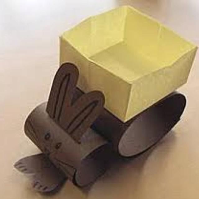 """paashaas met """"karretje""""( wc rolletjes en bakje van 16 vierkantjes gevouwen)"""