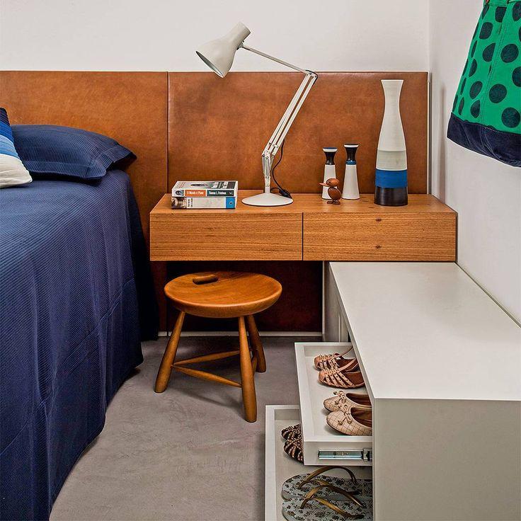 """""""Ao lado da cama, tem uma sapateira. Ideias de aproveitamento de espaço se espalham pelo apartamento de 65 m2 assinado pelo arquiteto Leandro Garcia. O…"""""""