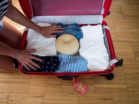 """Nakonec se ujistěte, že je klobouk dobře """"zabezpečený"""" okolními věcmi a nemůže cestovat samovolně po kufru. Teď už jen stačí kufr zapnout a vyrazit na dovolenou!; Filip Cicvárek"""