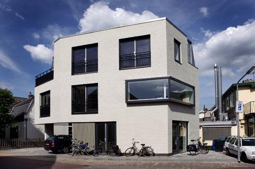 Het villa-achtige nieuwe pand aan de 1e Oosterstraat bestaat uit 5 kamers voor jonge cliënten van zorginstelling Sherpa. Bijzonder is ook dat jongeren op de leerlingbouwplaats van BK Bouw onder begeleiding als leerlingtimmerlieden en -metselaars werkten aan het nieuwe appartementencomplex. Hiermee wil Dudok Wonen goed vakmanschap voor het Gooi behouden. Dit gebouw is onderdeel van 'GeWoon op jezelf'.
