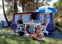 Ervaar de luxe van een Go4camp bungalowtent. Met een hoogte van bijna 2.40 meter kun je overal in de tent vrij lopen. Ook koken is geen enkel probleem door de luxe ingerichte keuken met een koelkast met apart vriesvak en een 4-pits gasstel. Zorgeloos in luxe genieten van een vakantie met het hele gezin.