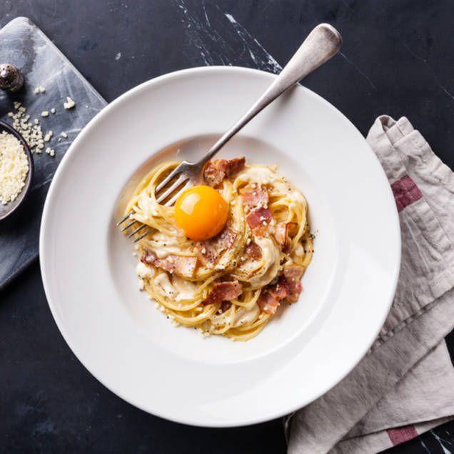 Pasta carbonara, eller spaghetti carbonara, är en lättlagad och god klassiker. En älskad favorit fylld med bacon, pasta, parmesan och ägg.