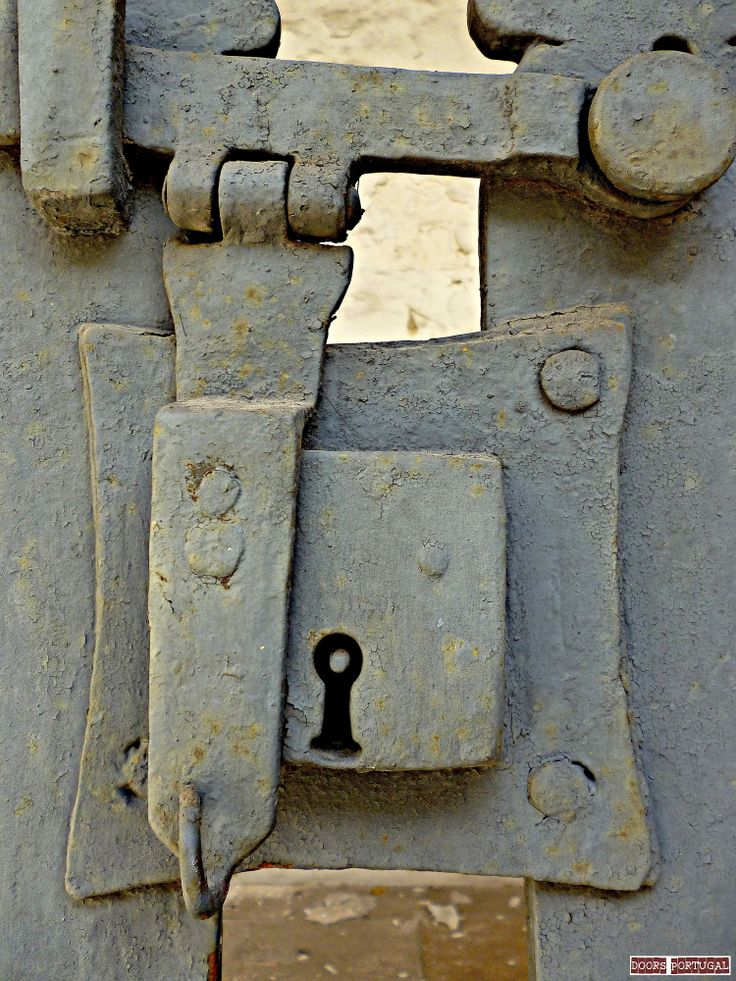 Detail of door in Coimbra-Portugal  (Photo © Doors Portugal)