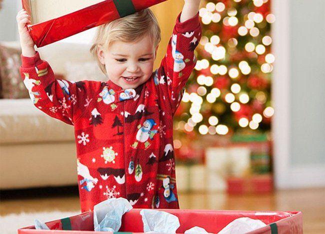 ¿Se acerca navidad y no sabes si el juguete que tienes planeado regalar le será útil al pequeño destinatario? en este post te decimos qué tipo de juguetes regalar y para qué edades. Visita nuestro catálogo de niños y bebés http://www.linio.com.mx/ninos-y-bebes/juguetes/