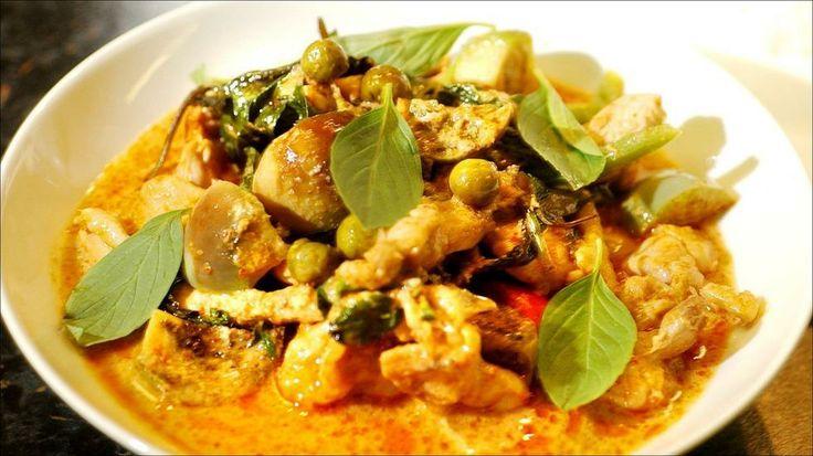 Thai-kylling i rød karri - Oppskriften er laget av Yupin Hellenes fra Kulinaria. Det finnes mange oppskrifter på denne retten, og enkelte bruker for eksempel gulrot, sukkererter, paprika og løk i tillegg til baby-auberginene. Baby-auberginer er små og grønne, og ligner litt på store erter.