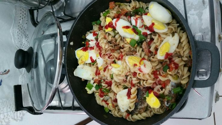 Macarrão parafuso ao molho de sardinha e ovos cozidos.