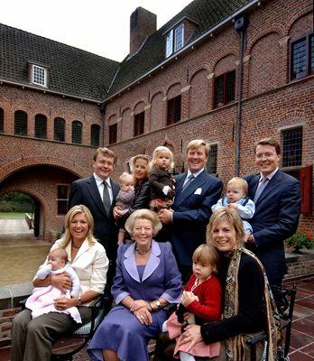 Koningin Beatrix met zonen, schoondochters en kleinkinderen op het Oude Loo december 2005