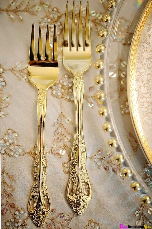 detail place setting in gold and white ❤