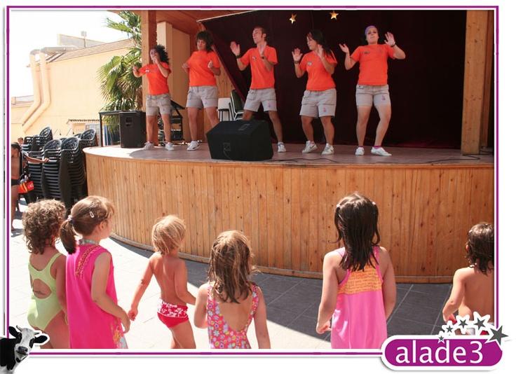 El equipo de animación dando una clase de Dance Club infantil