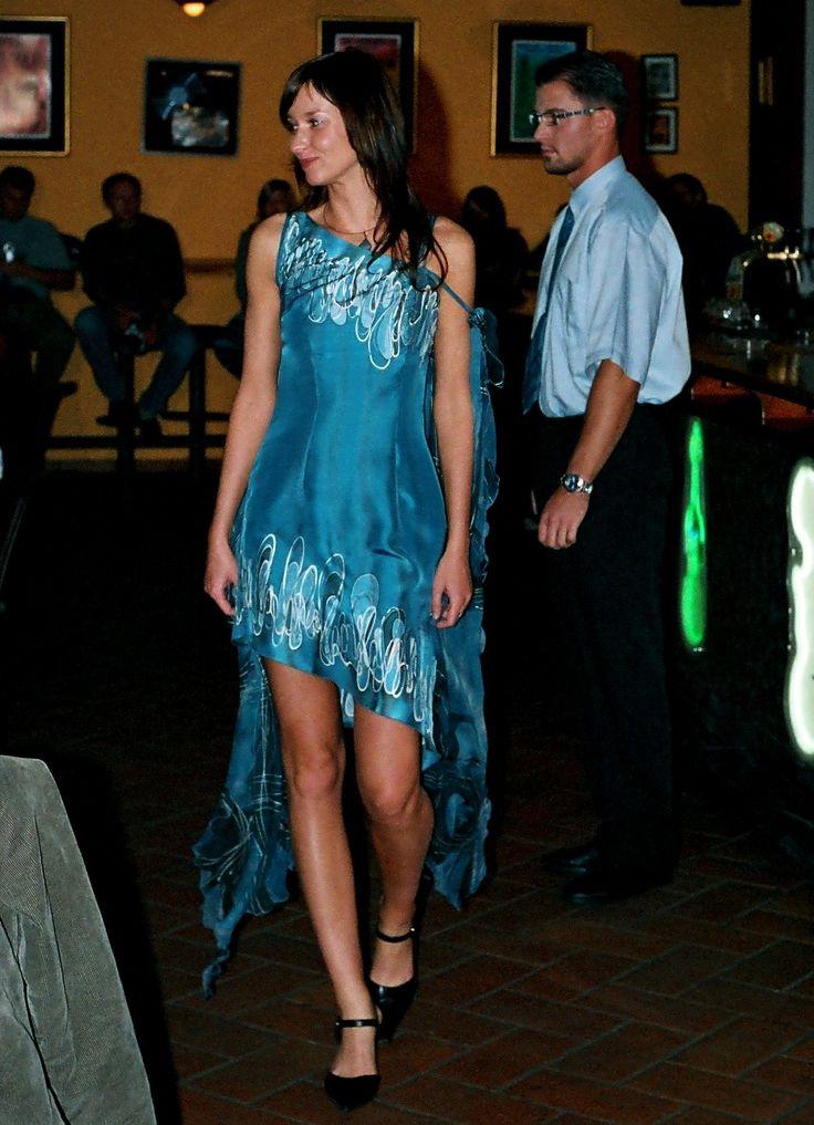 Modré+koktejlky+se+závoji+Každá+žena+je+krásná.+Každá+z+nás+se+může+cítit+jako+královna.+Hedvábí+je+dotek+luxusu,+který+si+můžete+dopřát.+Vaše+pokožka+bude+cítit+jeho+jemnost+a+lahodnost.+Je+to+jako+si+vychutnávat+tu+nejjemnější+smetanovou+zmrzlinu+a+užívat+si+jen+ten+jedinečný+okamžik.+Užijte+si+to!+Společenské+šaty+na+objednávku!+Modré+hedvábné+šaty...