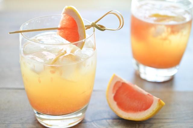 Smícháme, mimo plátků grapefruitů, všechny suroviny a rozlijeme do sklenic, které ozdobíme právě oněmi plátky grapefruitu.