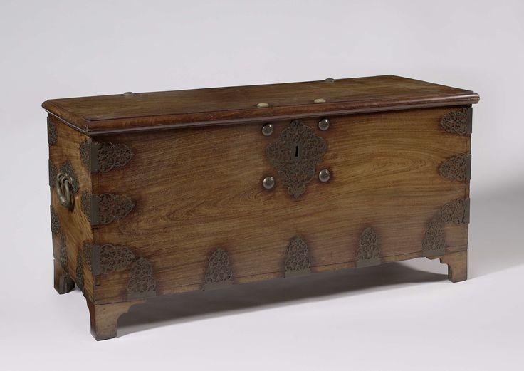 Kist van petohout met koperen beslag met op achterzijde VOC en datum 1728, , 1728