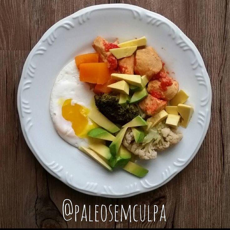 Almoço de hoje: ovo frango no molho de tomate com pimenta couve flor brócolis abóbora e abacate. Suplemento: omega 3.  Para quebrar o jejum rolou uma porção de nozes.  #paleofood #paleo #paleoliving #dieta #dietasemsofrer #paleodiet #mydiet #slowcarb