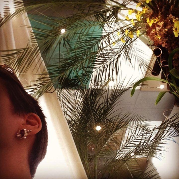 as joias da rainha na inauguração do terra brasilis na @galeriapatriciacenturion #asjoiasdarainha #terrabrasilis #joalheriacontemporâneabrasileira #raizes