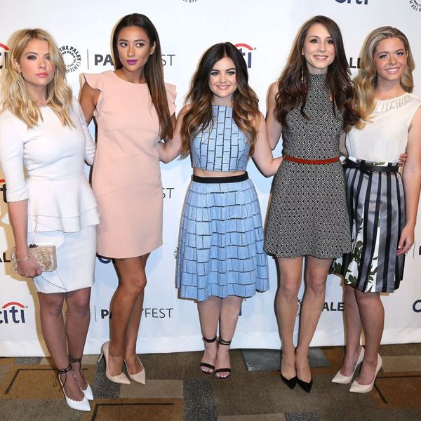 Red carpet com as atrizes da série Pretty Little Liars. Ashley Benson, Shay Mitchell, Lucy Hale, Troian Bellisario e Sasha Pieterse.