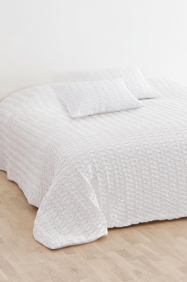Njut av ett rustikt och elegant överkast i välarbetat bomullstyg. Material: Tyg 100% bomull, stoppning 100% polyester. Storlek: 260x260 cm. Beskrivning: Vadderat överkast för dubbelsäng. Vändbart med veckad ovansida och slät baksida. Skötselråd: Handtvätt. Tips/råd: Skapa ro kring din säng och matcha det grå överkastet med textilier i dova färger.