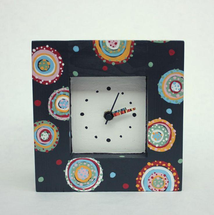 Koláčkové hodiny - tmavé Dřevěné malované hodiny. Rozměry: šířka 16cm, výška 16cm, hloubka 10cm.