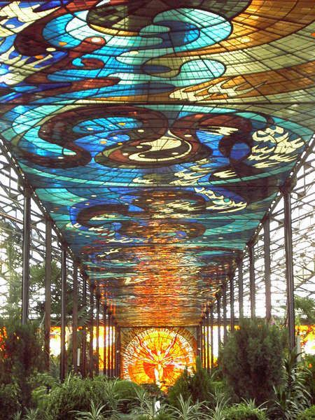 The stained glass, finished in 1990 by Leopoldo Flores Valdes, includes 28 different colors of glass and is considered one of the largest artworks in the world. In the glass, Flores Valdes sought to depict his interpretation of time, movement and the contradictory phenomena taking place in matter, from a cosmogonic perception.