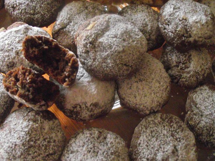 Biscottini al cioccolato, buoni e veloci da preparare! in una ciotola mescolare 160 g di farina, 3 cucchiai di nutella, 2 uova, mezzo bicchiere di latte, un cucchiaio di zucchero, 2 cucchiai di cacao amaro. Quando il tutto è amalgamato, fare delle palline e infornare a 180° per 10 minuti circa. In questo modo rimarranno soffici e morbidi all'interno! buon appetito