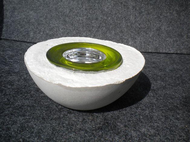 Beton Kerzenhalter für drinnen und draußen mit fest einbetoniertem Teelichtglas in der Farbe grün.