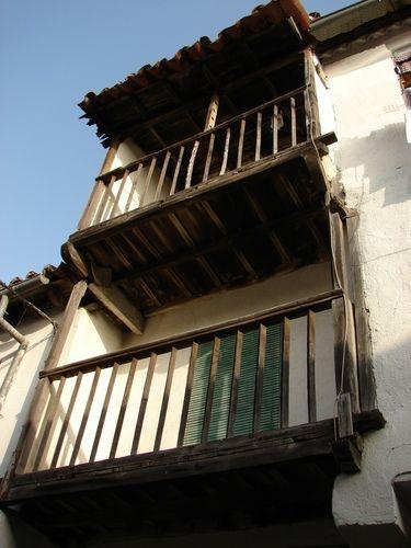 Típicos balcones de madera de la arquitectura serrana del norte de la provincia de Cáceres.