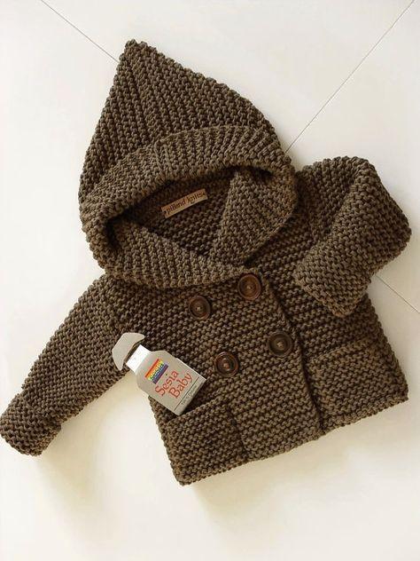 Bonito abrigo, de corte clásico, a calceta, con capucha y punto liso.