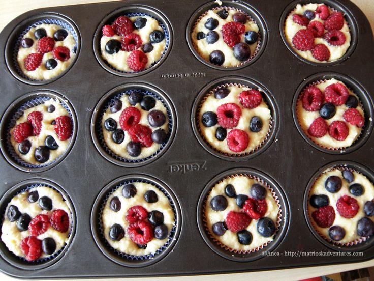 Preparazione muffins ai frutti di bosco e yogurt greco