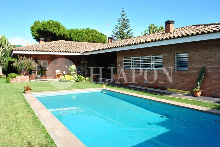 Located on the 3rd line from the seafront in Premia, Maresme, is an exclusive property of 800m² with a spacious plot area of 2300m².
