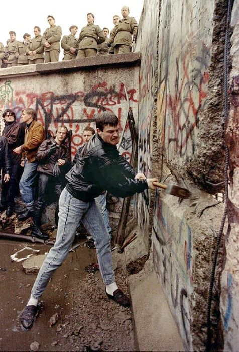 Down with the Berlin Wall!: De Berlin, Wall 1989, Berlinwall, Of The Wall, History Moments, U.S. Presidents, Remember Watches, Berlin Wall, Wall