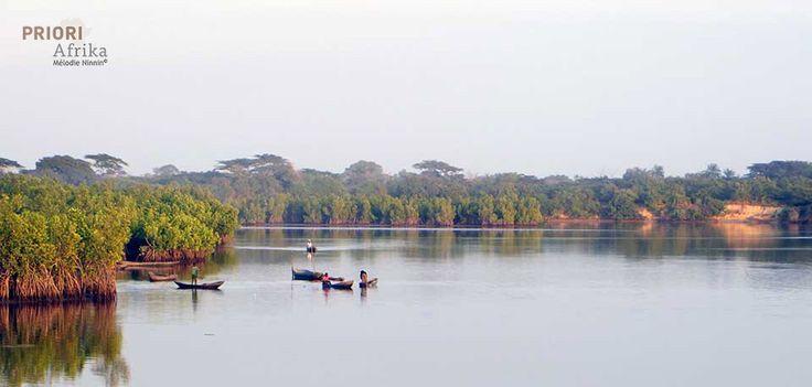 Guinea-Bissau Fluss-Stimmung mit Fischerbooten