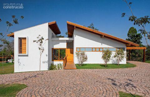 No centro, marcado pela porta com passarela de freijó, fica a entrada, cuja laje dá acesso às caixasd'água e aos aquecedores.