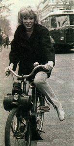 Mireille Darc sur un solex 2200