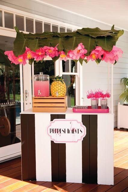Refreshment gefällig? Diese blumige Drink Bar ist perfekt für ein sommerliches Catering auf Eurer Hochzeitsfeier.
