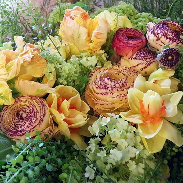Tillverkning av  påsk buketter, påskarrangemang och påskkransar. Öppet hela påsken, idag 11-18 och övriga påskdagar 11-15. Välkomna! #humleboinredning#humlebo#inredning#trädgård#blommor#flower#bukett#bouquet#påsk#easter#lantligt#butikpålandet#uppsala#almunge#påskbukett#