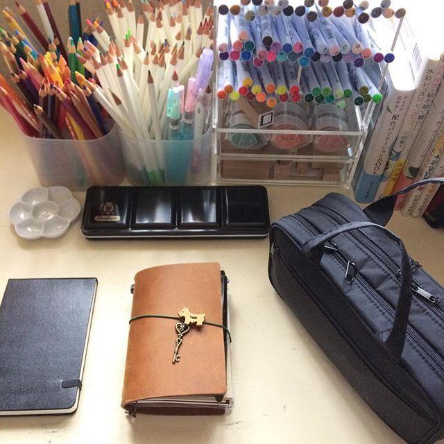 enorenshu私の机。#シュミンケホラダム も仲間入り。#朝活 でトラベラーズノートに朝食の絵や前日の日記を描いてから仕事にいきます。黒いポーチは#無印良品 の化粧ポーチですが、中身は筆記用具。仕事でも使うので、プライベートなものも一緒にして持ち歩いてます。 #トラベラーズノート #travelersnotebook #モレスキン #moleskine #ペンケース #クリーンカラー #色辞典 #アルブレヒトデューラー #ファーバーカステル #色鉛筆2017/06/11 11:38:04