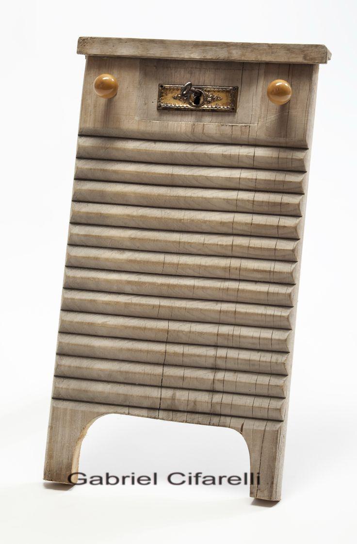 Tabla de lavar con cerradura // Gabriel Cifarelli // Foto de obra // 40 x 50 cm. (Foto: Ana Devanna)