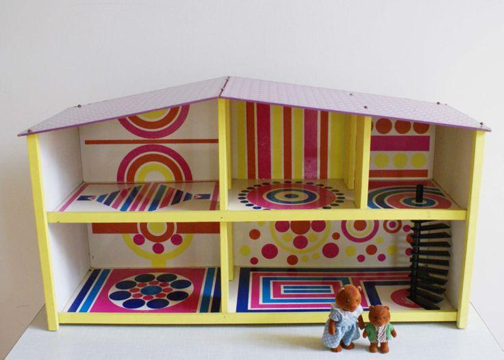 te gek retro  poppenhuis in vrolijke kleuren. Vintage speelhuis, SIO?